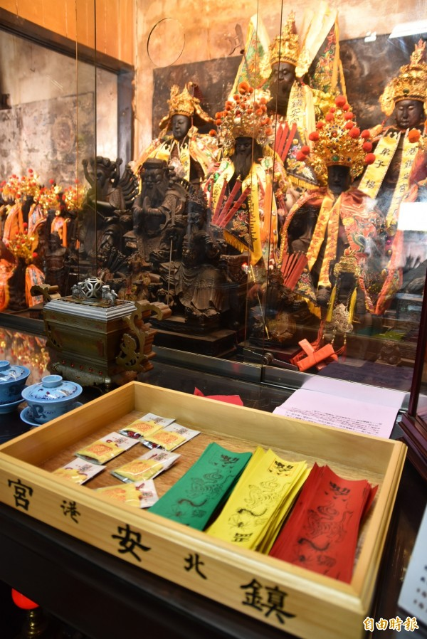 北港鎮安宮推出端午節限量「虎仔香」香包及五毒符,有興趣民眾可以前往免費索取。(記者黃淑莉攝)