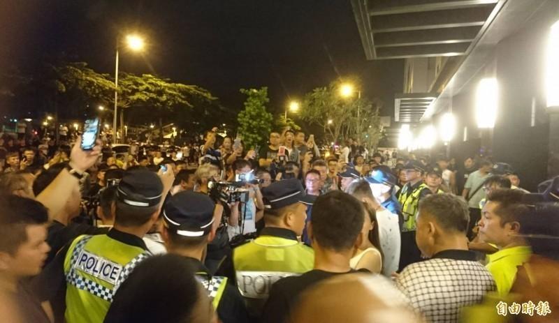 23日晚上數百網友包圍郭姓保母居住的社區。(資料照)