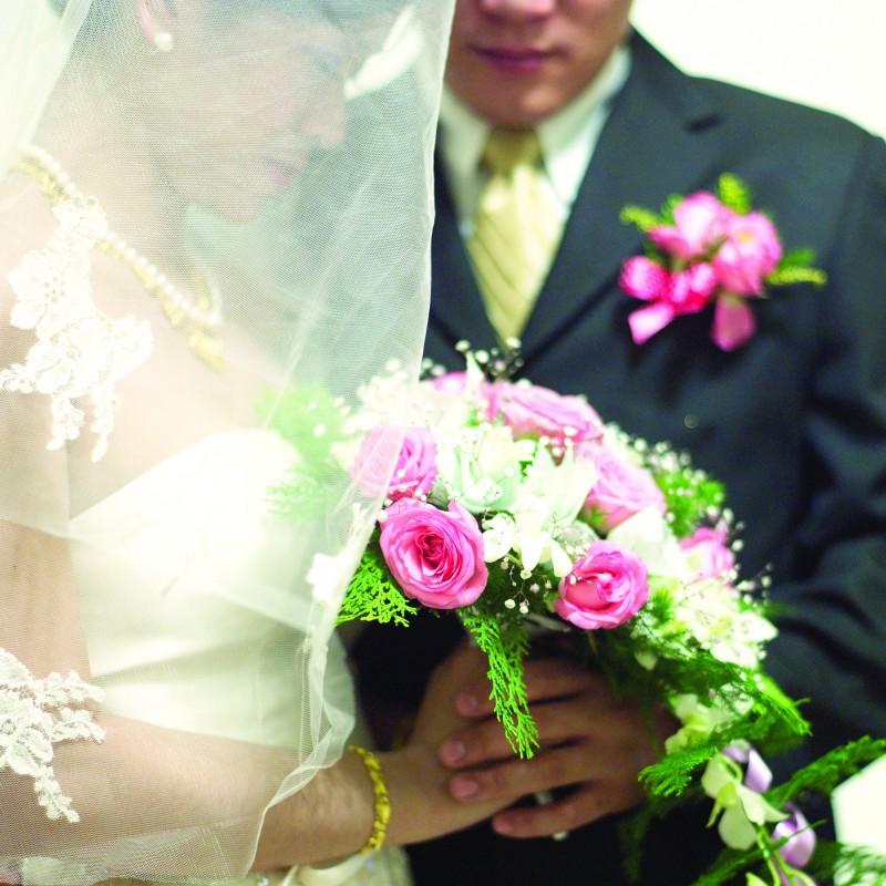 一名女子在出席男友哥哥婚禮時,才驚覺新郎是男友。圖為示意圖,與當事人無關。(示意圖)
