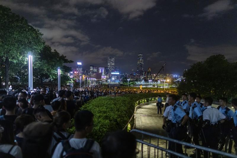 香港立法會今天上午將續審《逃犯條例》,大批香港民眾夜圍立法會。(彭博)
