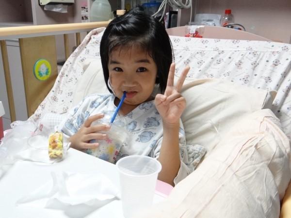 8歲的林素琴困在倒塌的永康維冠大樓長達61小時,被救難人員救出後一直想喝甜甜的思樂冰,遭逢大難卻不失童稚的心,讓外界暱稱她為「思樂冰女孩」。(奇美醫院提供)