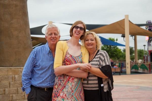 美國德州老爸哈特曼(Gordon Hartman,左),女兒摩根(Morgan,中)除了身障也因自閉症智商停留在5歲,無法到遊樂園玩耍。哈特曼決意以5100萬美元(約新台幣15億3390萬)興建世界上首座無障礙樂園。(圖擷自哈特曼家庭基金會網站)