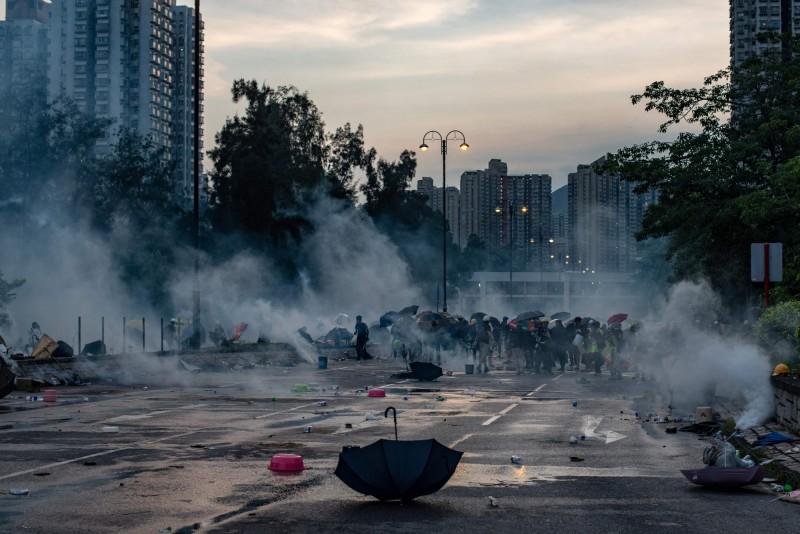 《經濟學人》10日出版最新一期紙本雜誌,以港警發射催淚彈後煙霧瀰漫的大埔街頭作為封面。(法新社)