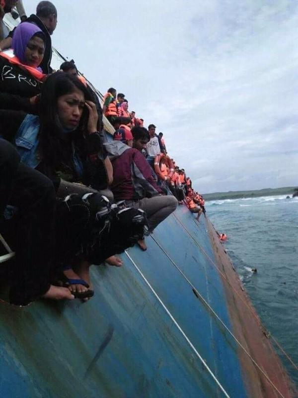 印尼今日驚傳一艘渡輪在外海沉沒,據傳該艘渡輪是在從蘇拉威西島駛向附近的塞拉亞島時遭遇強風和大浪。(圖擷自IG : Daeng Info推特)