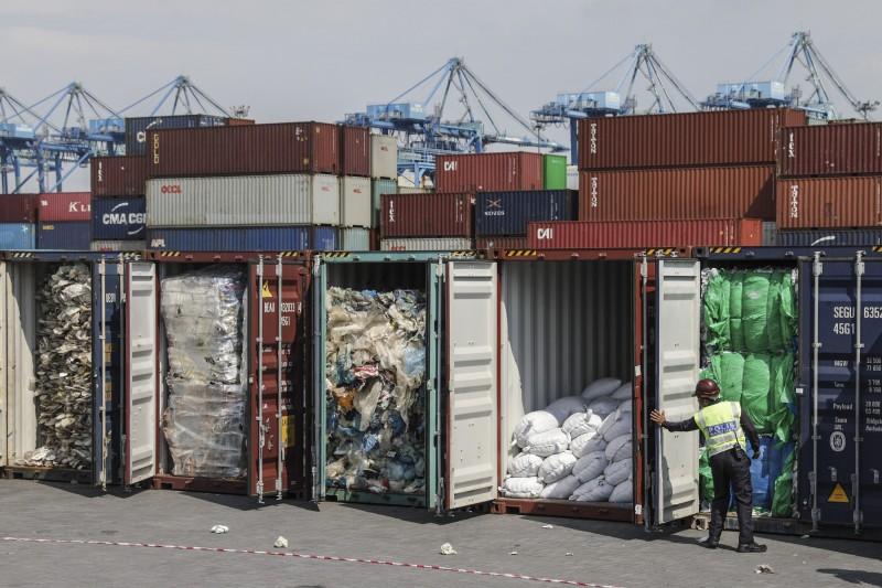 馬來西亞將非法進口的塑膠廢棄物運回原產國。(歐新社)