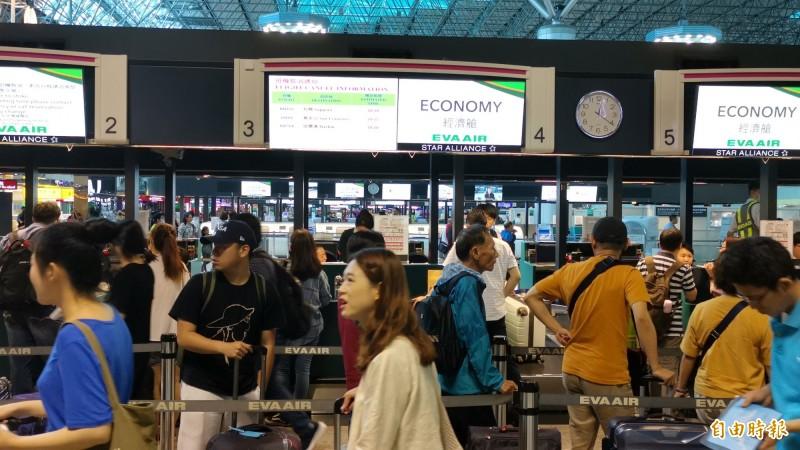 長榮航班異動至7月2日,受影響旅客人數持續上升。(記者姚介修攝)