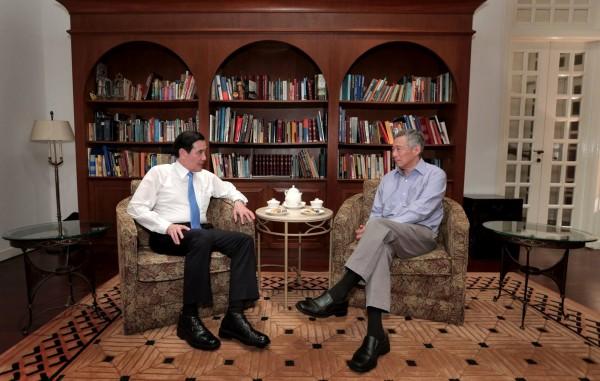 新加坡總理李顯龍晚間在臉書貼出與馬英九總統茶敘的照片,證實2人確實在晚間會面。(圖擷自Lee Hsien Loong臉書)