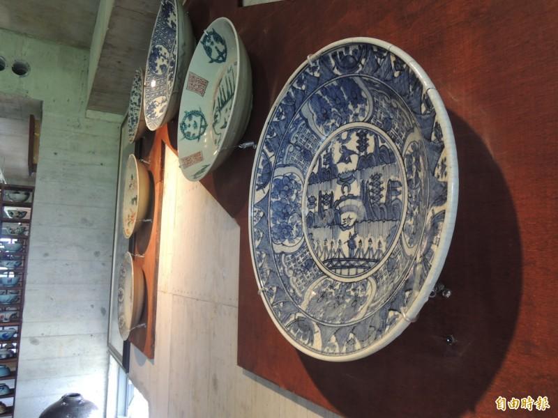 館區珍藏各種碗盤。(記者江志雄攝)