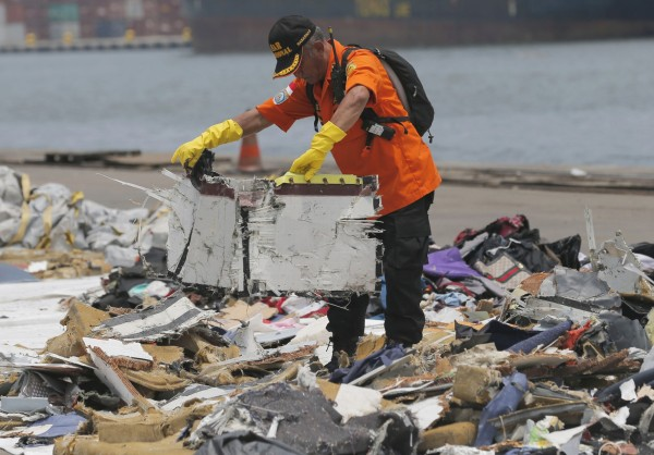 搜救隊持續打撈殘骸上岸。(美聯社)