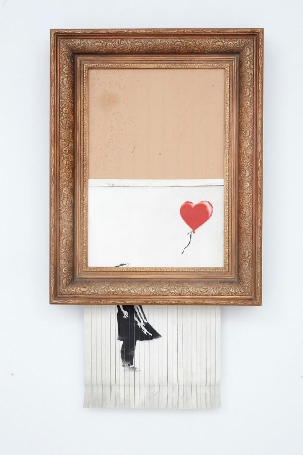 遭毀的「拿氣球的女孩」被新得標主重新命名為「愛在箱中」。(法新社)