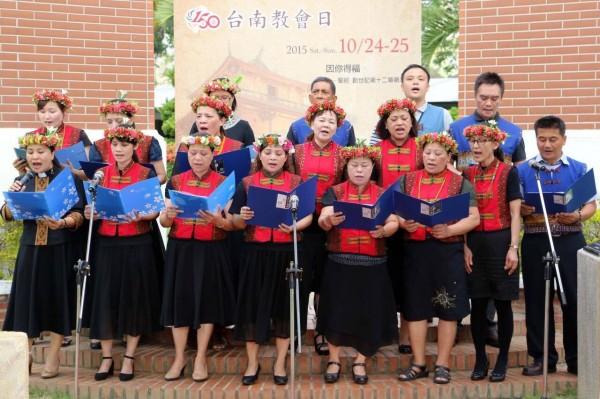 活動現場也有身著傳統服飾的長青詩班獻唱。(圖擷取自賴清德臉書)
