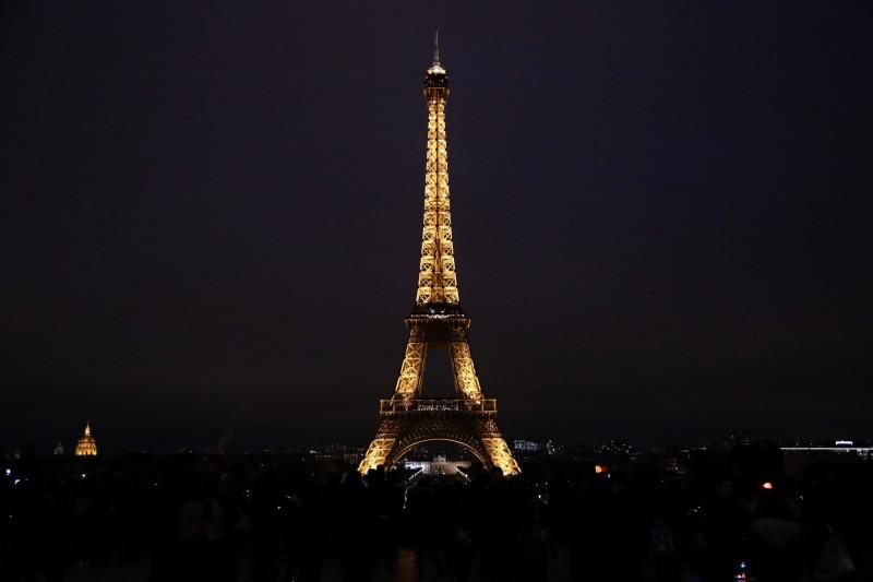 艾菲爾鐵塔目前是世界上到訪人次最多的收費旅遊景點,每年有超過700萬人次的遊客支付參觀塔樓的入場費。(法新社)
