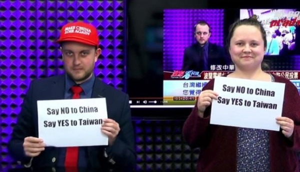 波蘭節目主持人紅色帽子上寫著「讓中國再次落敗」字樣。(圖擷自YouTube)