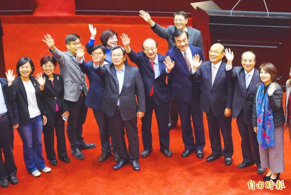 Premier Su Tseng-chang, third right, Legislative Speaker Su Jia-chyuan, fourth right, Democratic Progressive Party caucus whip Ker Chien-ming, fifth right, Chinese Nationalist Party (KMT) Legislator Wang Jin-pyng, second right, and others wave to their colleagues on the legislative floor in Taipei yesterday. Photo: Liu Hsin-de, Taipei Times