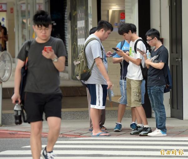 教育部資科司司長李蔡彥表示《精靈寶可夢GO》,這類的擴增實境遊戲讓孩子的行蹤無所遁形,增加遊戲時的危險。圖為玩家遊玩《精靈寶可夢GO》。(資料照,記者黃耀徵攝)