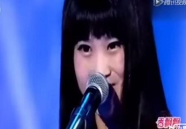 吳佳琳在演唱前叮嚀評審韓紅要「準備好」,開剛始韓紅還不知道這女孩要做什麼,直到她開唱後,他頓時變臉,韓紅這才明白,這女孩為何叫他「準備」。(圖擷取自YouTube)