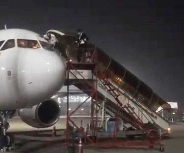 2名機師從駕駛艙「窗戶」離開,引起網友熱烈討論,猜測機師是不是恐慌到「跳窗逃命」。(擷取自推特)