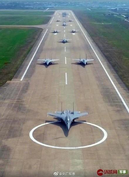 中國東部戰區空軍航空兵12架殲16戰機首度公開「大象漫步」演練,12架殲16排成4個三機編隊。(圖擷自微博「央廣軍事」)