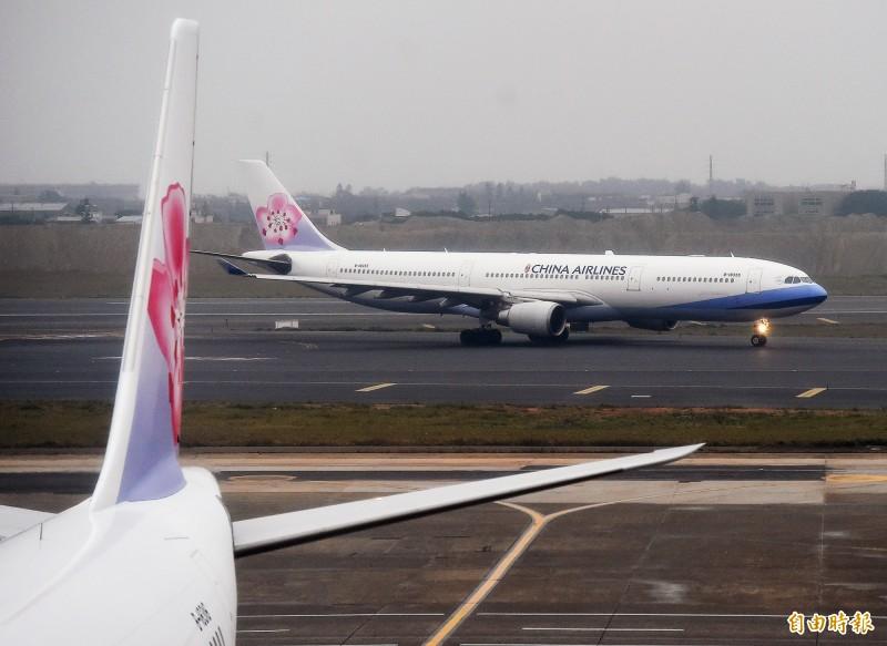 中華航空今天從桃園飛往上海浦東的班機接獲「詐彈」!當下通報並調派他架航機支援,目前該航班在晚間6點19分平安降落。(資料照,記者朱沛雄攝)