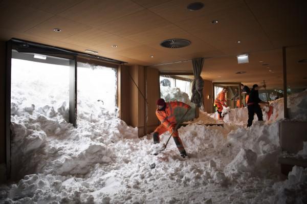 瑞士雪崩,一家旅館被雪掩埋。(美聯)