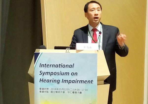 約翰霍普金斯大學Frank Lin教授表示,聽力障礙恐增加罹患失智症的風險。(圖擷取自國立陽明大學網站)
