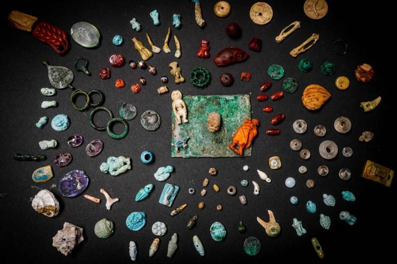 考古學家近日在義大利龐貝古城發現一個裝滿寶石的木盒。(歐新社)