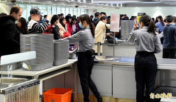 為了讓旅客更快速地通過安全檢查,桃機公司推出曲調輕快活潑的「通關安檢歌」。圖為通關安檢畫面。(資料照)