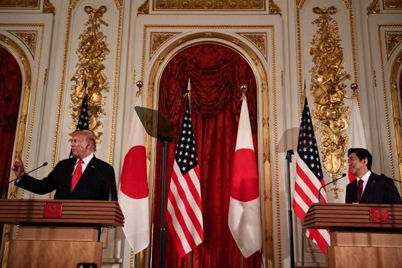 美國總統川普,今(27日)下午與日本首相安倍晉三召開聯合記者會,宣布日本決定購買105架F-35戰機。(法新社)