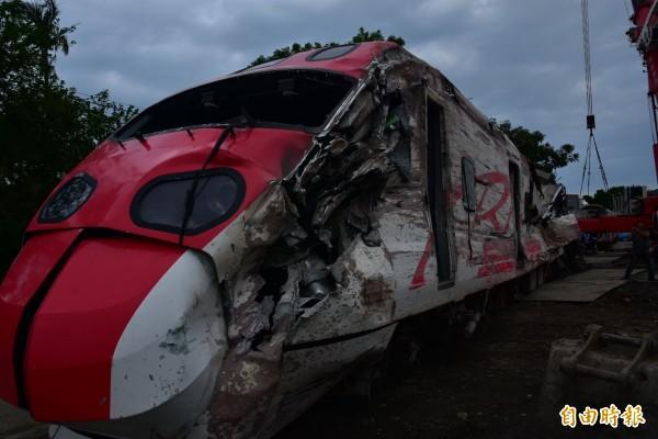 普悠瑪車頭嚴重損毀,車身殘破不堪。(記者張議晨攝)