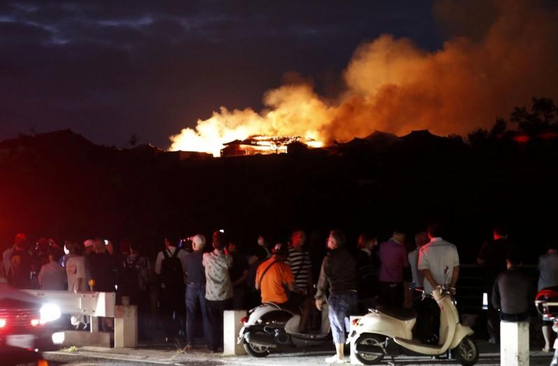 週邊居民眼見首里城陷入燃燒,全都感到震驚不捨。(路透)