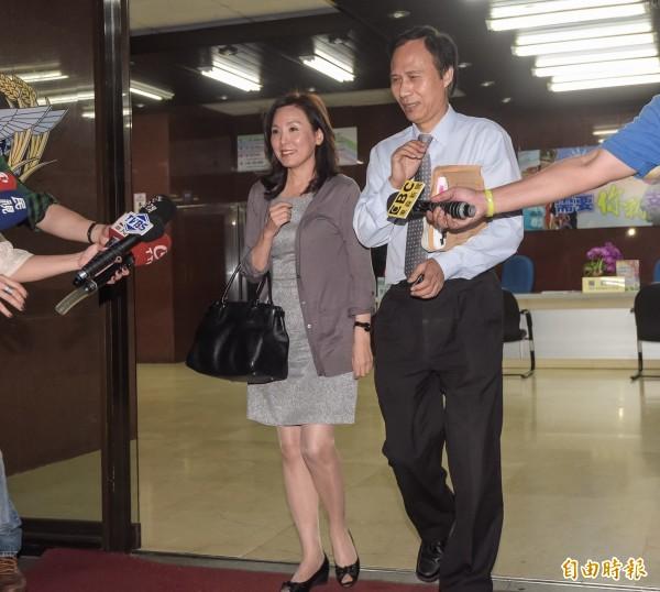 特偵組偵辦中信案,14日下午傳喚前金管會副主委李紀珠,對於媒體詢問,李紀珠表示自己是以證人身分前來配合調查,並說自己是第一次來,感覺很新鮮。(記者黃耀徵攝)