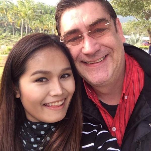 泰國嫩妻(左)因拒絕行房,被英國丈夫(右)活活踢死。(圖擷自史密斯臉書)
