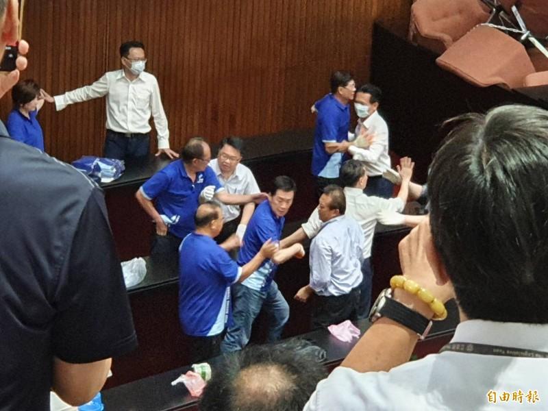 上午11點15分左右,民進黨立委以油壓剪剪開各通道鐵鍊,強勢進入議場,並與國民黨立委爆發激烈肢體衝突,另有人潑灑白色粉末,場面一面混亂。(記者謝君臨攝)
