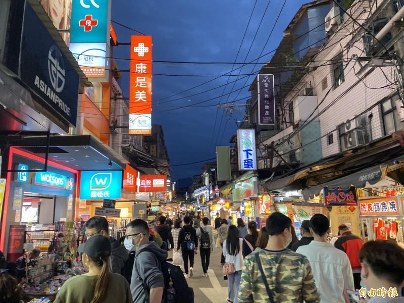 士林夜市是台灣知名的觀光夜市,但有網友認為其已沒落。(資料照)