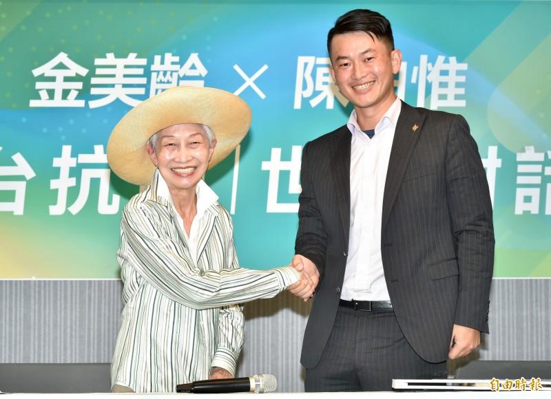金美齡(左)與陳柏惟(右)世代對話。金美齡表示,台灣的地理位置很重要,台灣人更要努力讓共同信仰自由民主理念的美國、日本,與台灣站在同一邊,作為台灣的後盾。(資料照)