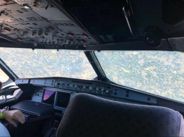 駕駛艙擋風玻璃嚴重受創。(擷取自severe-weather.EU)