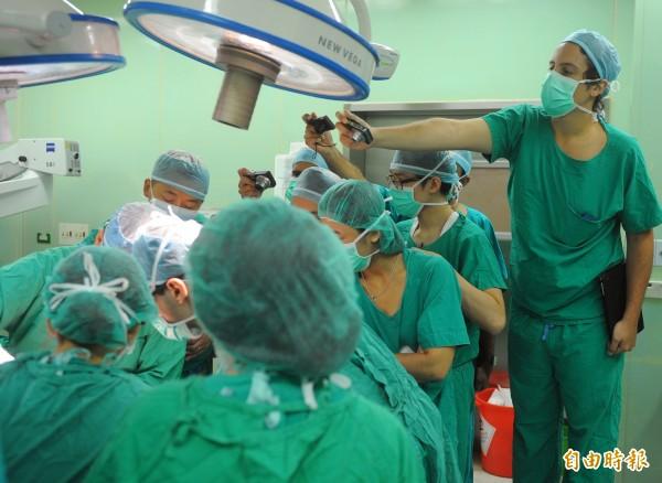 勞動部調查顯示,月薪15.2萬元的醫師現在是國內第4高薪職業。(資料照,記者王敏為攝)