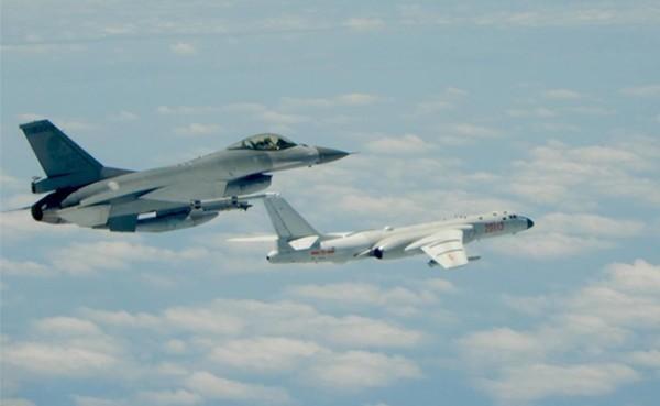 中國軍機24日上午再度擾台,但共機在九合一大選後就未在繞台。圖為我國F-16戰機(左)升空監控共機轟6(右)的畫面。(中央社)