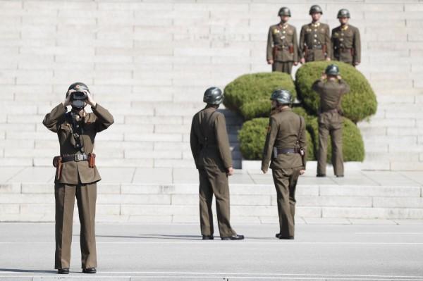 北韓一名士兵今日下午從板門店崗位上叛逃,遭到北韓軍方槍擊,中彈血流不止,南韓已接收該名脫北士兵。圖為北韓軍人在板門店朝南韓方向觀望。(歐新社)