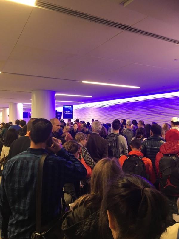 美國紐約紐華克機場發生爆炸,數百名乘客被迫撤離。(圖擷取自推特)