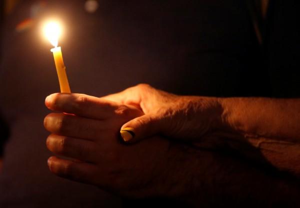 張男在飯店房間內點蠟燭,原打算向女友求婚,卻引發祝融之災。示意圖。(路透)