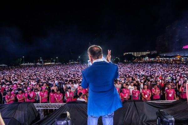 台南市無黨籍市長參選人「虧雞福來爹」林義豐,昨(14)日晚間在台南市東區舉辦Crazy Friday Music Festival 瘋狂星期五國際音樂節。(林義豐辦公室提供)
