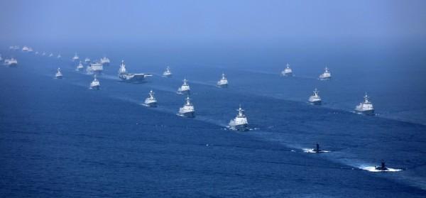 中國官媒曝光遼寧號與40餘艘中國軍艦在南海編隊航行的畫面,但被美國軍事專家潑冷水,認為只要出動4架轟炸機就能將其殲滅。(美聯社)