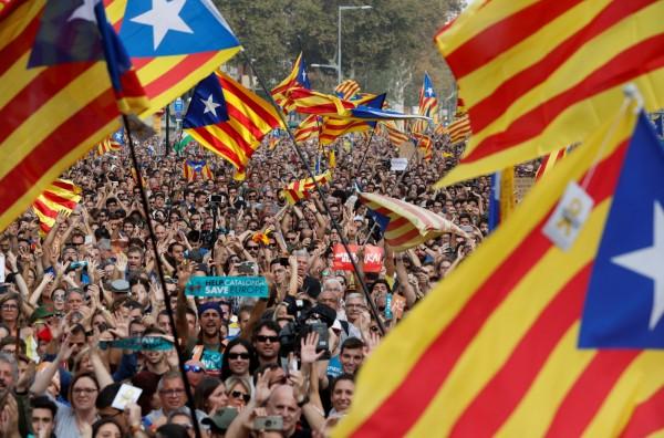 加泰隆尼亞區議會週五舉行重要議會,加泰獨派議員在議會上就脫離西班牙、獨立建國提出議案,剛剛議會以70票通過議案。(路透)