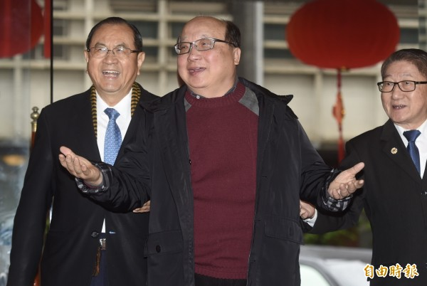 前國民黨副主席胡志強(中)4日出席全國公教軍警暨退休人員聯合總會會員大會,進入會場前接受媒體訪問。(記者簡榮豐攝)