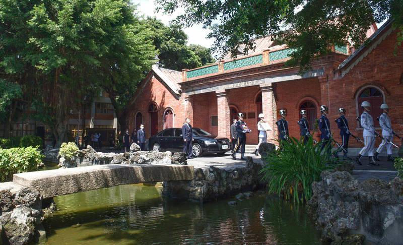 李登輝前總統追思告別禮拜、移靈儀式繞行真理大學大禮拜堂前水池。(台北市攝影記者聯誼會提供)