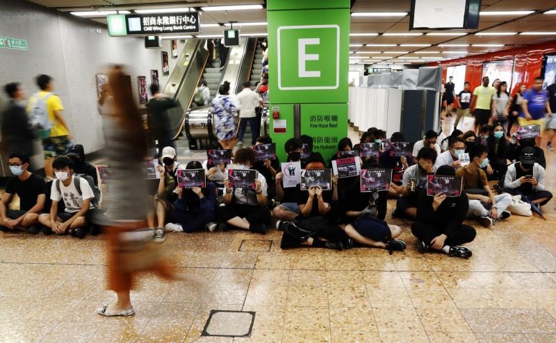 參與者或唱反修例歌曲及高喊「五大訴求缺一不可」、「光復香港時代革命」等口號,也有參與者戴口罩 、手持標語並高喊「港鐵交片(監視器畫面)還我真相」。(歐新社)
