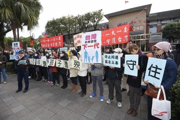 護家盟今日上午在立法院門口抗議,他們舉著「一夫一妻,守護台灣」的標語,反對立法院通過婚姻平權法案。(記者陳志曲攝)