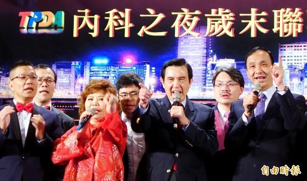 前總統馬英九(前排右二)、前新台北市長朱立倫(右)10日出席內科發展協會歲末聯歡晚會,與現場來賓一起歡唱《朋友》。(記者朱沛雄攝)