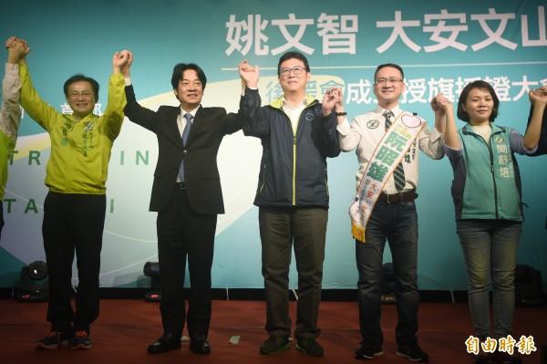 民進黨台北市長參選人姚文智(中)「大安文山區後援會」成立授旗授證大會12日舉行,行政院長賴清德(左2)到場力挺。(記者廖振輝攝)